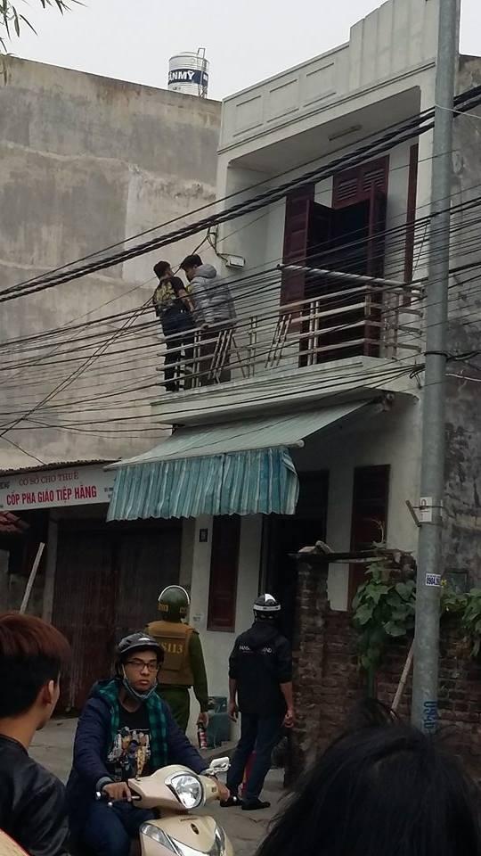 Đánh đập người thân xong, nghi phạm ôm bình gas lên tầng 2 cố thủ. Phát hiện lực lượng công an, đối tượng tiếp tục ôm bình gas leo qua nhà hàng xóm (ảnh CTV)