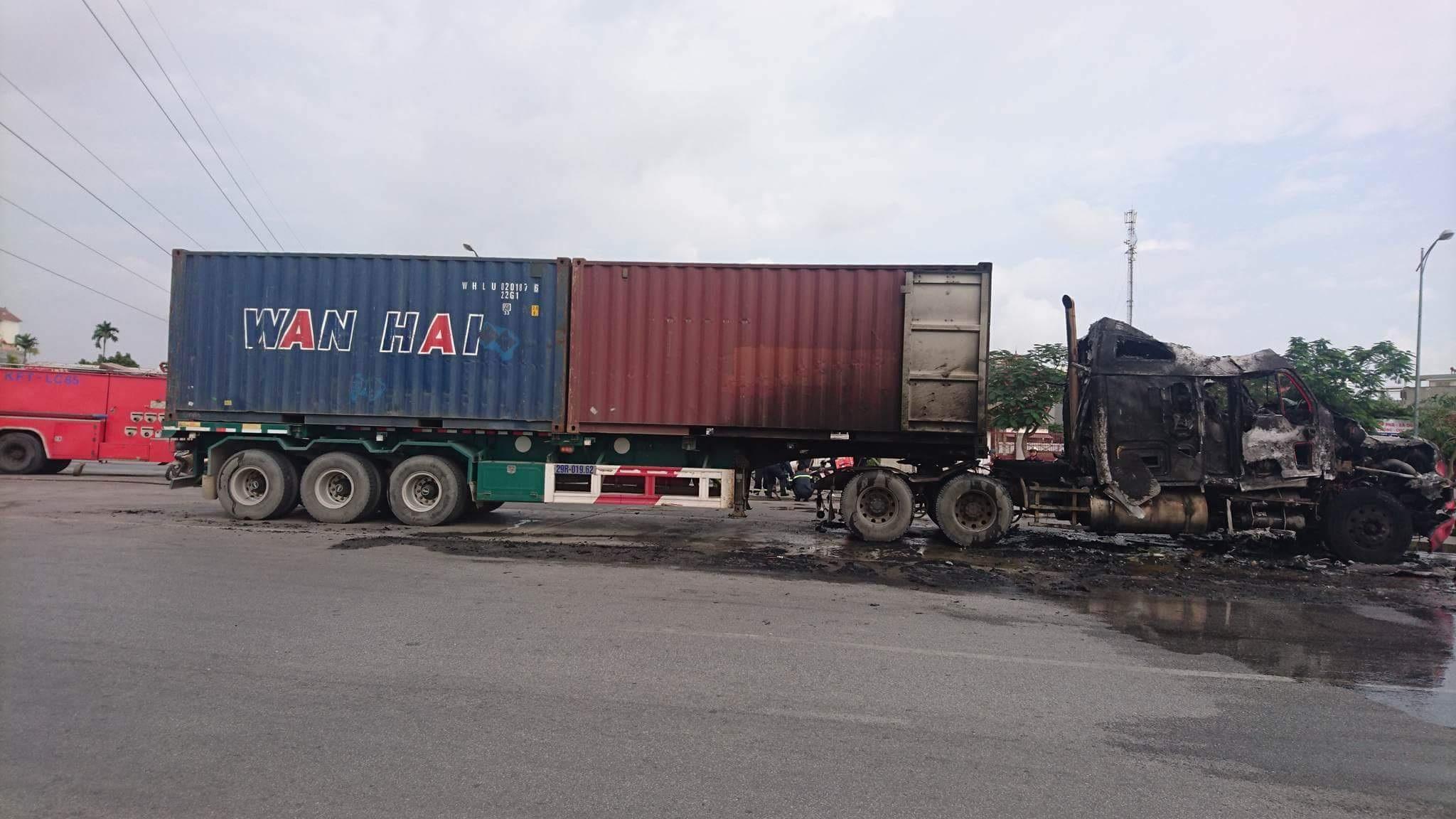 Xe container bỗng dưng bốc cháy giữa đường