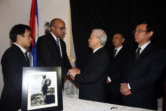 Tổng Bí thư Nguyễn Phú Trọng chia buồn với các nhân viên Đại sứ quán Cuba tại Việt Nam (Ảnh: Hải Minh/VGP)