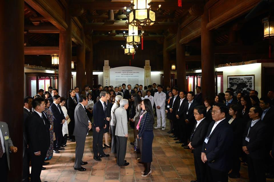 Nhật hoàng và Hoàng hậu ân cần hỏi han từng cựu sinh viên Việt Nam, sinh viên và điều dưỡng viên