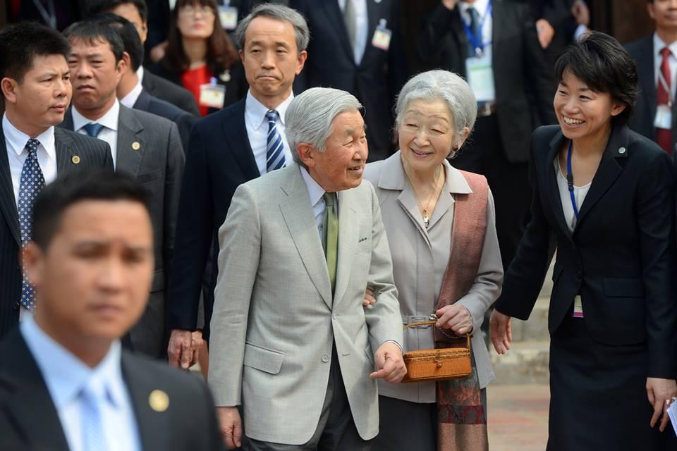 Nhà vua và Hoàng hậu Nhật bản rời Văn miếu sau cuộc gặp với các cựu sinh viên