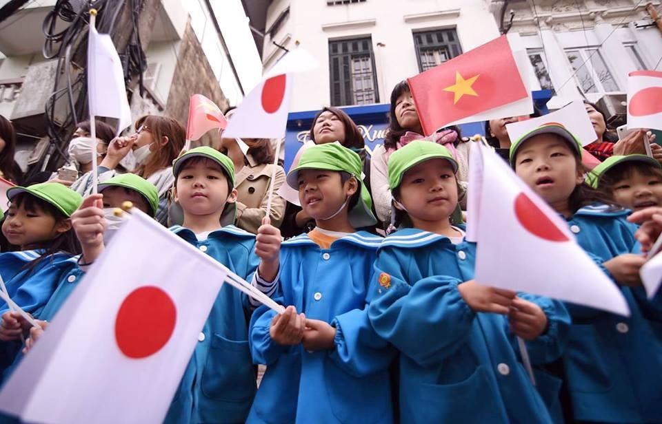 Đông đảo các em học sinh Nhật Bản đang học tập tại Việt Nam vẫy chào Nhà vua và Hoàng hậu tại cổng Văn Miếu