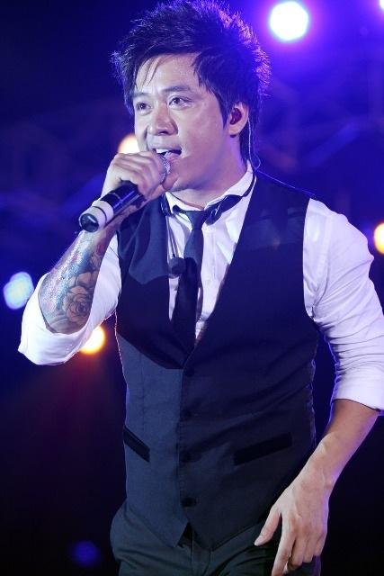 Tuấn Hưng hát lại những bản tình ca lãng mạn gắn liền với tên tuổi của anh ở phần đầu chương trình
