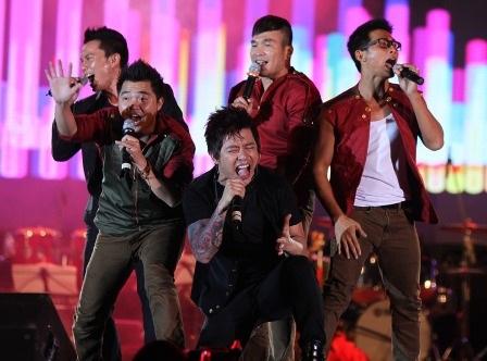 MTV cùng hai thành viên nhóm Quả dưa hấu hát lại Get down và I Swear