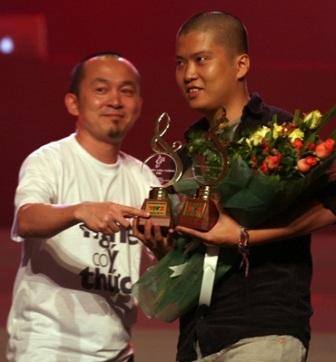 Nhạc sĩ Quốc Trung mặc áo Nghe có ý thức trong chương trình Bài hát Việt (Ảnh: Tuổi Trẻ)