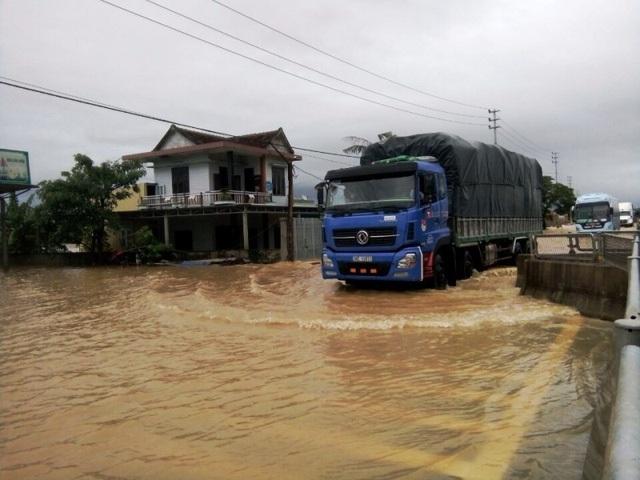 Mưa lũ khiến giao thông trên nhiều tuyến đường gặp nhiều khó khăn (ảnh Đặng Tài)