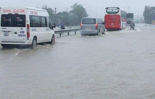 Mưa lớn khiến nhiều tuyến đường ở TT Huế bị ngập (ảnh Đại Dương)
