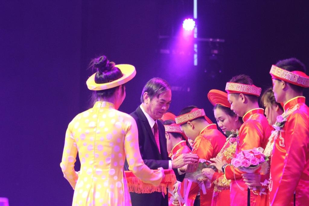 Đại diện Liên đoàn Lao động TP Đà Nẵng tặng nhẫn cưới cho các cặp đôi