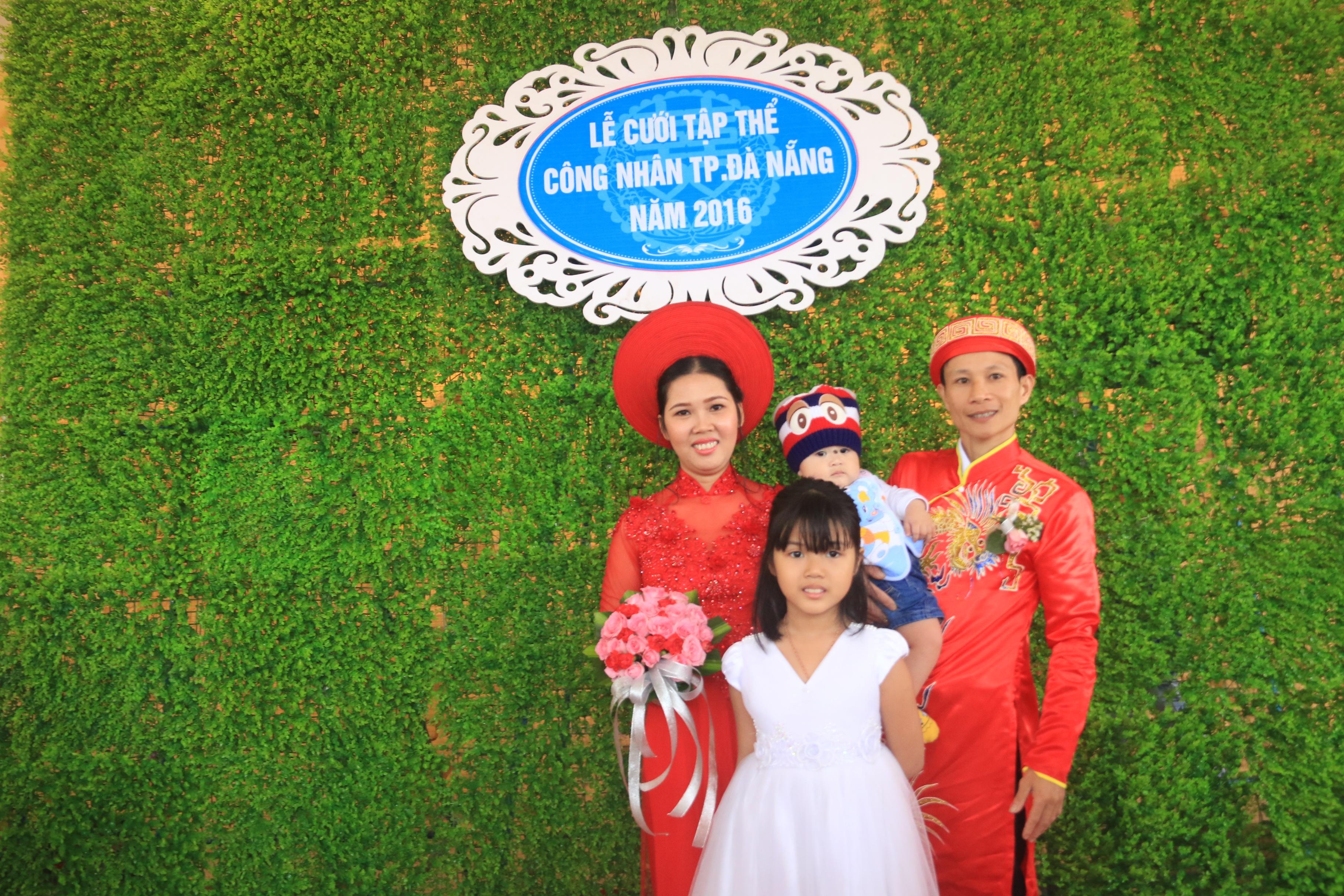 Chú rể Nguyễn Hữu Chỉnh và cô dâu Nguyễn Thị Hiền (Tổng Cty Dệt may Hòa Thọ) hạnh phúc hơn trong ngày cưới khi có 2 con bên cạnh