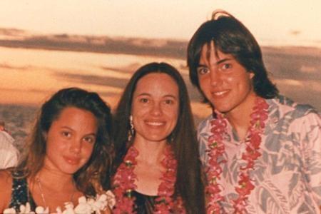 Bà Marcheline Bertrand, mẹ Angelina Jolie chụp ảnh cùng hai con