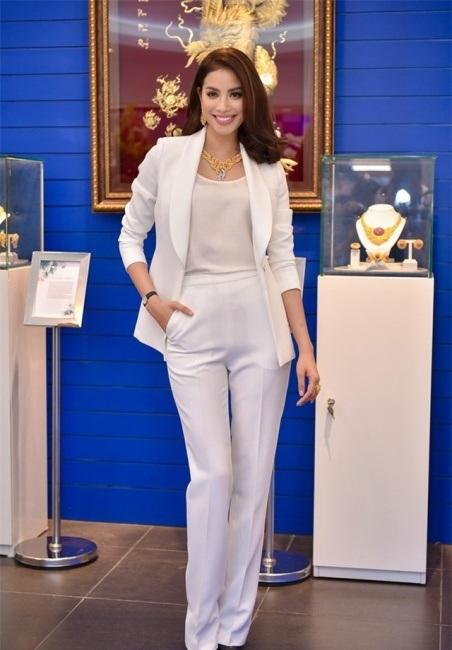 Phạm Hương vào Top sao mặc đẹp tuần này vì sự chừng mực, thông minh khi lựa chọn trang phục đi sự kiện. Cô diện thiết tối giản để tôn lên bộ trang sức bằng vàng – điểm nhấn của cả chương trình.