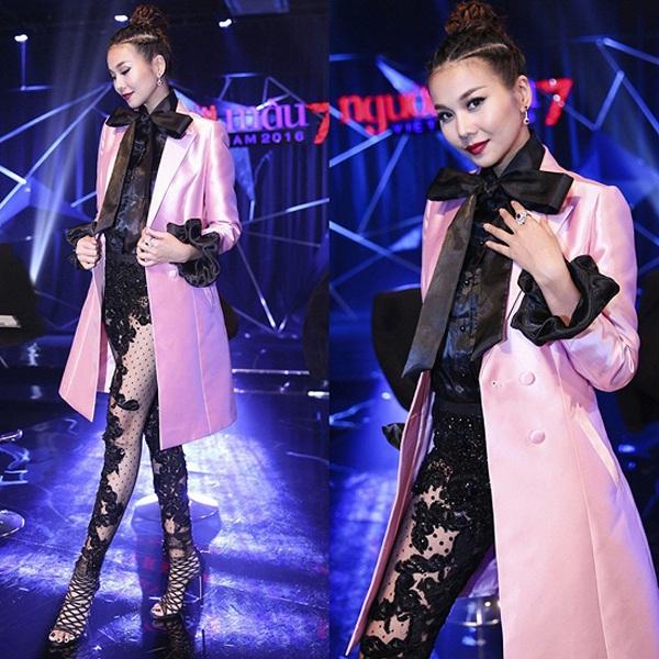 Sở hữu gout thời trang được đánh giá cao, tuy nhiên tuần qua, Thanh Hằng đã khiến không ít khán giả thất vọng khi diện thiết kế quá đỗi rườm rà. Cô kết hợp quần ren với áo khoác hồng nhạt có điểm nhấn ở cổ và tay áo khiến tổng thể trở nên vô cùng rối mắt.