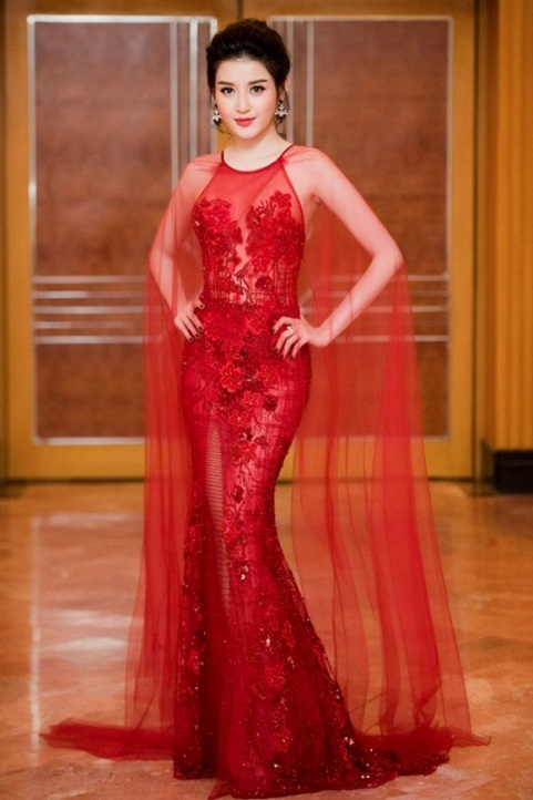 """Sẽ không ngoa khi nói rằng Huyền My là """"nữ hoàng thảm đỏ"""" tuần này bởi vẻ uy nguy, quyền lực của cô khi khoác lên mình bộ váy xuyên thấu đỏ rực, được đính đá hết sức kì công. Có thể thấy người đẹp sinh năm 95 đang dần trở nên mặn mà, sắc sảo hơn bao giờ hết."""