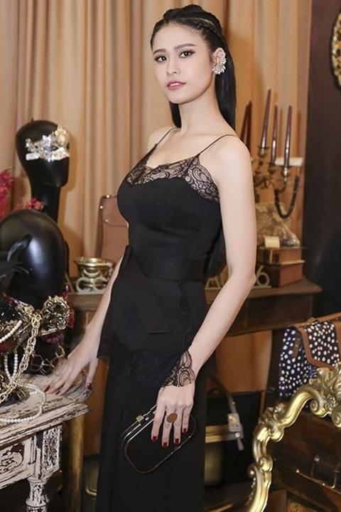 """Trương Quỳnh Anh quyến rũ """"chết người"""" trong thiết kế đầm 2 dây đen """"trễ nải"""", lấy cảm hứng từ trang phục ngủ đang là xu hướng năm nay. Người đẹp cũng ghi điểm nhờ phụ kiện hoa tai, nhẫn,… và cách làm tóc vô cùng cá tính."""