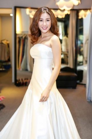 Bộ váy làm bật lên làn da trắng và khuôn mặt tỏa sáng của cô.