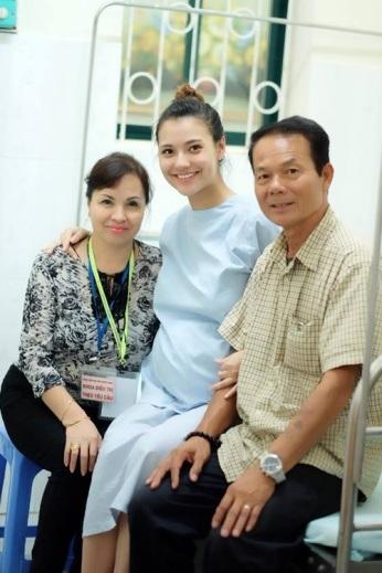 Hồng Quế hạnh phúc cùng ba mẹ trước khi lâm bồn. Thông tin về cha đẻ của bé Cherry được người đẹp sinh năm 94 và gia đình giữ kín.