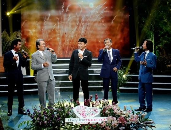 Ngoài phần solo, nam danh ca còn kết hợp với bốn thí sinh Tiếng hát mãi xanh 2016 trong ca khúc chủ đề Riêng một góc trời (Ngô Thụy Miên).