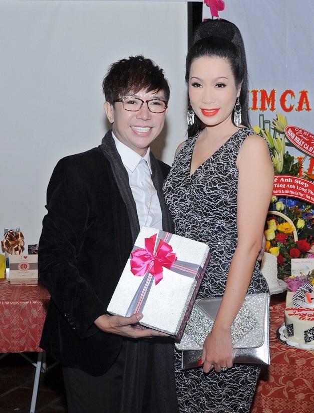 Á hậu Trịnh Kim Chi cũng đến dự sinh nhật của ca sĩ Long Nhật dù trời mưa khá to