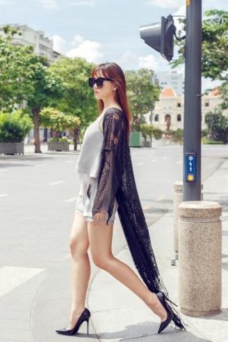 Người đẹp lăng-xê mốt diện váy ngủ ra đường. Cô kết hợp với áo khoác ren dáng dài để trông kín đáo và phù hợp hơn với văn hóa Việt Nam.