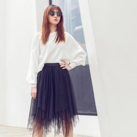 Hari Won cá tính trong trang phục áo cánh dơi đơn sắc kết hợp cùng váy voan xếp li dày.