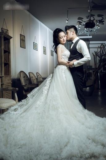 Hương Tràm làm cô dâu ngọt ngào và gợi cảm - 1