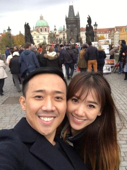 Cặp đôi dành nhiều thời gian bên nhau, cùng nhau ghé những địa điểm nổi tiếng và không ngại thể hiện tình cảm trước đám đông.