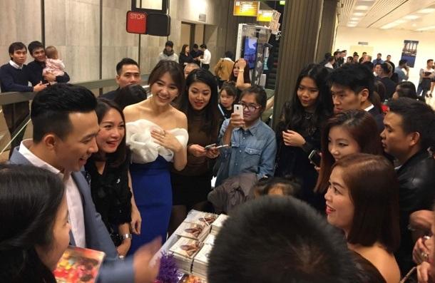 Khán giả tại nước ngoài đều dành nhiều tình cảm cho anh và Hari Won. Vừa cho ra mắt DVD Liveshow Bình tĩnh sống vào cuối tháng 10 nên Trấn Thành tranh thủ chuyến lưu diễn này gặp gỡ và ký tặng bà con kiều bào.