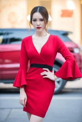 Á hậu Thùy Vân đẹp mặn mà trong thiết kế đầm cocktail tay chuông đỏ rực. Không chỉ tôn được làn da trắng sứ, bộ cánh còn giúp người đẹp khoe khéo vòng 1 căng tròn bằng phần ngực xẻ sâu.