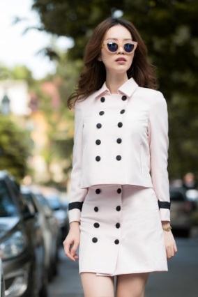 Người đẹp rất biết tận dụng phụ kiện như kính, túi, áo khoác… để làm tổng thể thêm phần sành điệu.