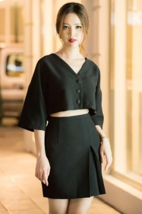 Sắc đen xuất hiện khá nhiều trong tủ đồ của Thụy Vân. Cô cho biết trang phục màu đen rất dễ phối, vừa sang trọng nhưng lại vừa quyến rũ, cá tính, rất phù hợp với tính cách cũng như tính chất công việc của cô hiện tại.