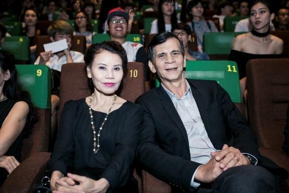 Ba mẹ nữ ca sĩ đến ủng hộ con gái làm phim. Thời gian gần đây, Hồ Ngọc Hà thường xuyên được ba mẹ tháp tùng đến những sự kiện quan trọng.