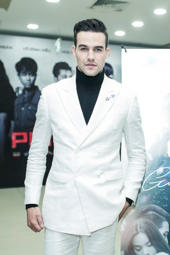Nam chính của phim – diễn viên ngoại quốc Sebastian.