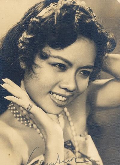 Vẻ đẹp thời xuân sắc và tài năng giúp bà thành danh, từ một người hát rong bước lên đào chính trong những đoàn cải lương danh tiếng nhất thập niên 50