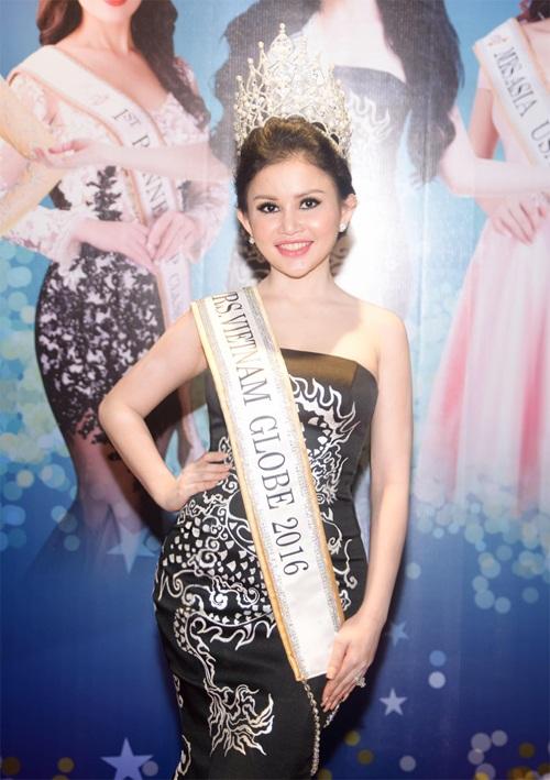 Hoa hậu Janny Thủy Trần vui vẻ chia sẽ những kỷ niệm những ngày tham gia thi đấu.