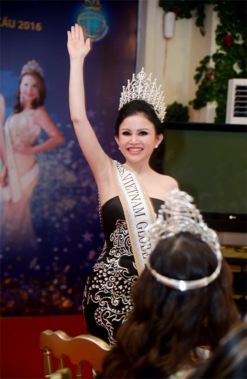 Hoa hậu Janny Thủy Trần giơ tay vẫy chào quan khách và báo chí