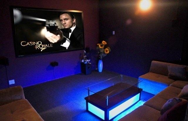 """Cà phê cinema là điểm đến lí tưởng cho các nhóm bạn đông, thuê chung 1 phòng chiếu là phương pháp lí tưởng để """"tiết kiệm ngân sách"""" cuối tuần."""