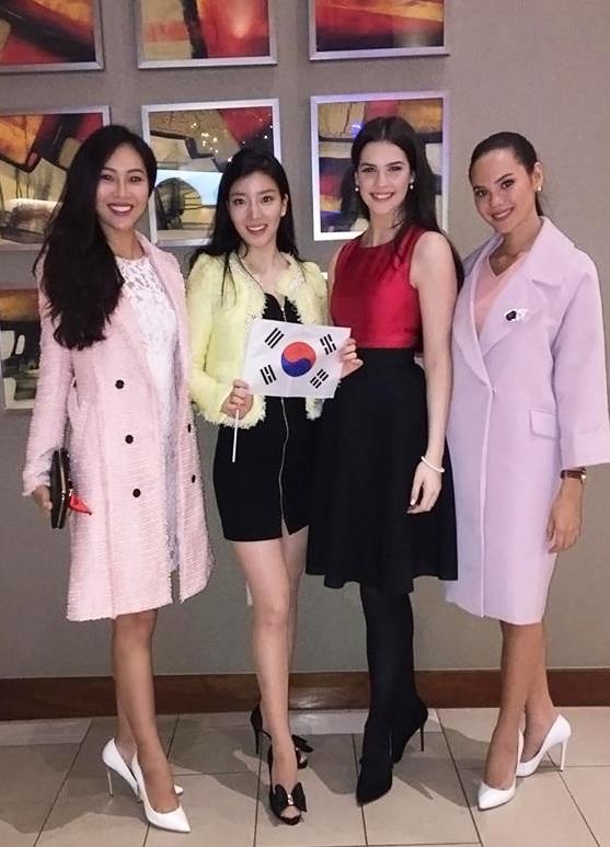 """Cô vui vẻ chụp ảnh lưu niệm cùng 3 đại diện nằm trong danh sách thí sinh """"nặng kí"""" của Hoa hậu Thế giới 2016: Hoa hậu Ireland: Niamh Kennedy (váy đỏ đen), Hoa hậu Philippines: Catriona Elisa Gray (áo khoác hồng), và hoa hậu Hàn Quốc: Hyun Wang - bạn cùng phòng của Diệu Ngọc."""