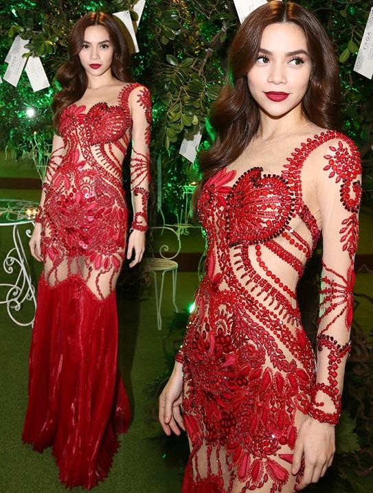 Hồ Ngọc Hà vô cùng nổi bật với chiếc váy đỏ xuyên thấu. Họa tiết hoa văn cũng được kết đính khéo léo để khoe tối đa những lợi thế cơ thể. Ưu điểm về chiều cao luôn giúp người đẹp thoải mái diện những chiếc váy dài sang trọng.