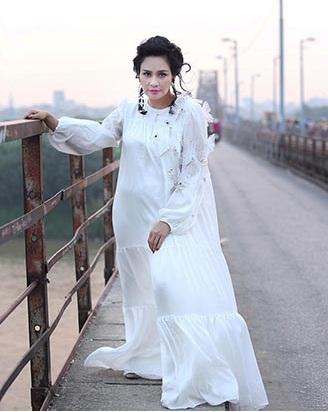 """Diva Thanh Lam là một trong những """"ca thảm họa thời trang"""" ồn ào trong tuần qua khi chọn bộ trang phục trông như """"ma nữ"""", xuất hiện trên đường phố, ngoại cảnh để thực hiện bộ ảnh mới của mình. Chiếc váy trắng mà Thanh Lam chọn trông như váy ngủ, """"nuốt trọn"""" người mặc với phom dáng rộng """"thùng thình""""."""