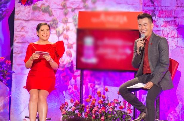 Là một trong những khách mời dẫn chuyện cùng BTV-MC Quỳnh Hương, ca sĩ  Hồ Trung Dũng cũng đã thể hiện được khả năng dẫn dắt và sự kết hợp ăn ý của mình.