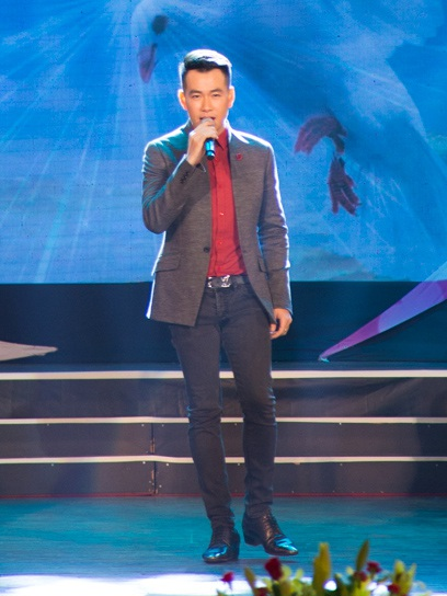 Ngoài ra, nam ca sĩ điển trai cũng gửi tặng khán giả những ca giai điệu rất tình trong ca khúc Yêu như ngày mới bắt đầu, do chính anh sáng tác.