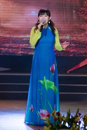 Tân quán quân Tiếng hát mãi xanh 2016 Hồng Vân được nhiều khán giả khen ngợi bởi giọng hát sang trọng, quyến rũ trong ca khúc Mùa thu cho em.