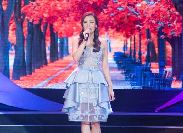 Bên cạnh giọng hát điêu luyện, Hồ Quỳnh Hương còn thu hút người xem bởi vẻ đẹp kiêu kỳ trong chiếc đầm xanh ngọc bích kiểu dáng cầu kỳ và gợi cảm.