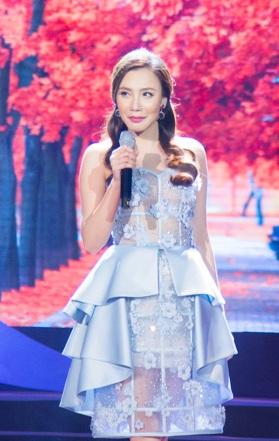 Trong chương trình, Hồ Quỳnh Hương thể hiện ca khúc Bức thư tình thứ hai và nhạc phẩm bolero Thao thức vì anh.