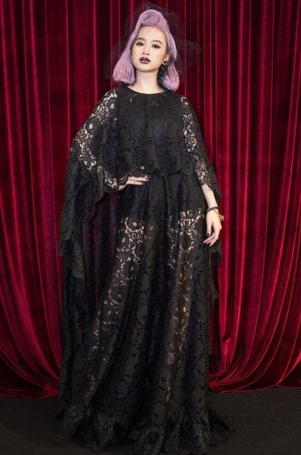 """""""Nữ hoàng thảm đỏ"""" tuần qua – Angela Phương Trinh nổi bật với mái tóc hồng-tím rực rỡ đầy cá tính. Người đẹp sinh năm 95 diện đầm ren đen kết hợp với lối trang điểm lạ mắt, nhấn ở phần môi được đánh đậm, tông trầm."""