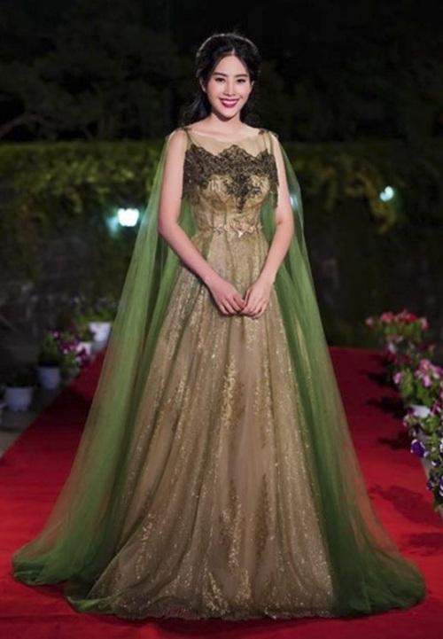 Top 8 Hoa hậu Trái Đất Nam Em sến sẩm trong bộ váy màu nâu-xanh hết sức nhạt nhòa. Chất liệu voan mỏng nhưng bị chồng thành nhiều lớp làm tổng thể trở nên nặng nề, kém sang hơn hẳn.