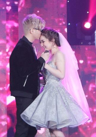 Bùi Anh Tuấn còn ôm hôn tình tứ Hương Tràm sau khi cả hai hoàn thành tiết mục song ca đầy ấn tượng.