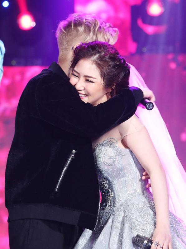 Hương Tràm lộng lẫy trong trang phục cô dâu, hạnh phúc bên vòng tay Bùi Anh Tuấn trong bản hit mới ra mắt Mùa đông tình yêu.