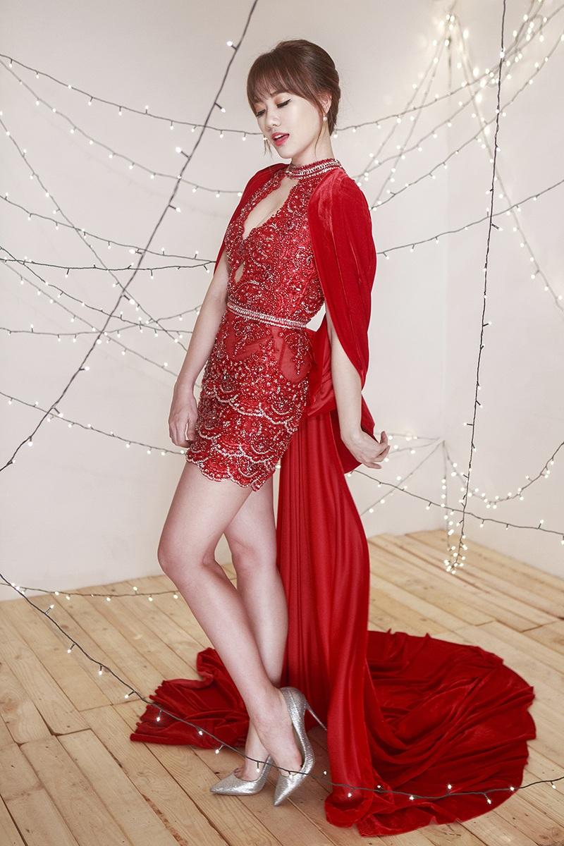 Chiếc váy đỏ kiểu dáng ôm sát giúp Hari khoe thân hình thon thả và ngày càng gợi cảm của mình