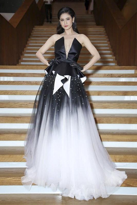Sắc đen – trắng thường xuyên suất hiện trong tủ đồ của Trương Quỳnh Anh dạo gần đây. Trong một sự kiện khác đầu tuần, bà mẹ một con thả dáng nuột nà trong bộ váy cắt xẻ sâu, khoe vai gầy và vòng 1 đẫy đà.